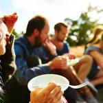 Bild på människor som fikar i solen från VisitBlekinge